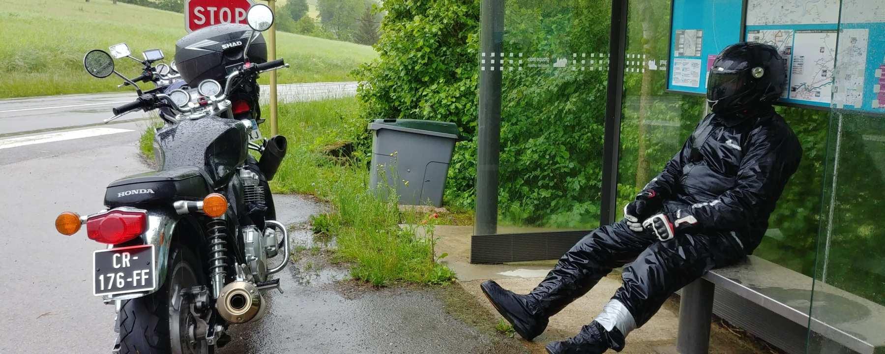 Photo du roadster Honda CB110 pendant un road trip sous la pluie