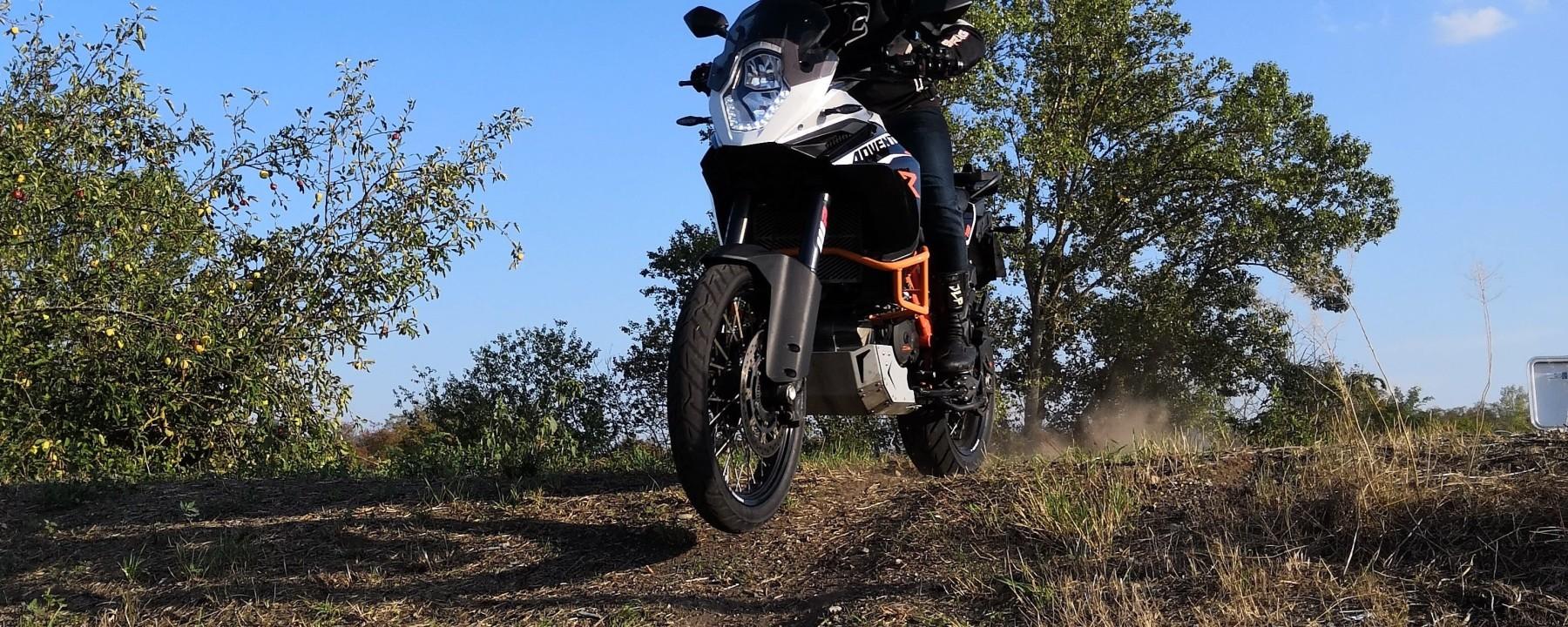 Photo du trail ktm adventure 1190 r en saut