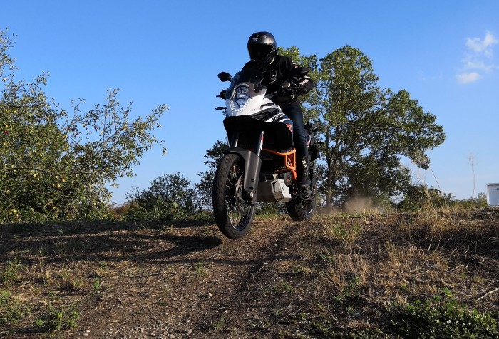 Photo du trail ktm adventure 1190 r en saut