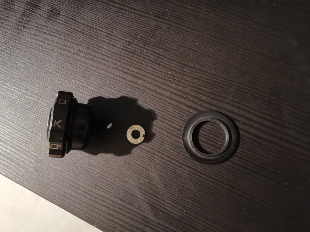 Photo des pièces d'un régulateur de vitesse manuel pour moto Kaoko