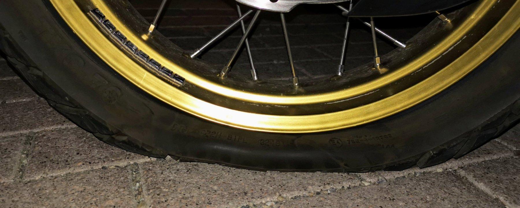 Photo d'un pneu creuvé sur une Honda Africa Twin